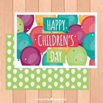 Cartão do dia das crianças felizes com balões coloridos