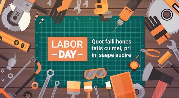 Cartão do dia do trabalho sobre o jogo de ferramentas de funcionamento do reparo e da construção