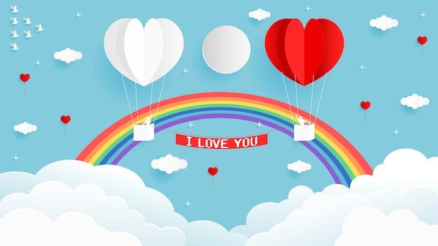 Cartão dos valentim do balão branco e vermelho da forma do coração no céu com arcos-íris bonitos.