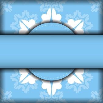 Cartão postal de cor azul modelo com ornamento branco vintage para os seus parabéns.