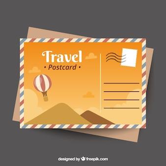 Cartão postal de viagem com dunas e balão desenhado na mão estilo