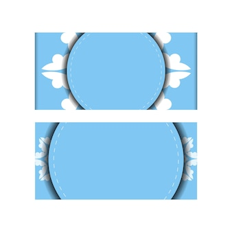 Cartão postal modelo na cor azul com ornamento mandala branco preparado para impressão.