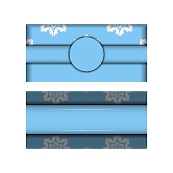 Cartão postal modelo na cor azul com um padrão branco vintage para os seus parabéns.