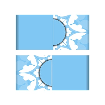 Cartão postal modelo na cor azul com uma mandala em um padrão branco preparado para impressão.