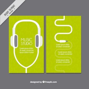 Cartão verde da música estudo com fones de ouvido