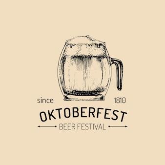 Cartaz da oktoberfest. flyer do festival de cerveja. rótulo de cervejaria ou crachá com caneca de vidro esboçado à mão vintage.