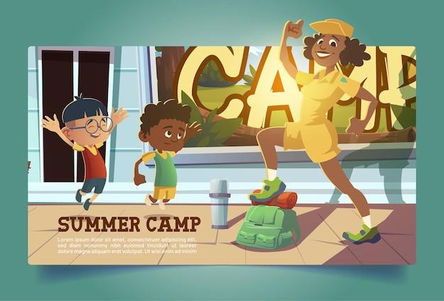 Cartaz de acampamento de verão com pessoas fazendo trilhas
