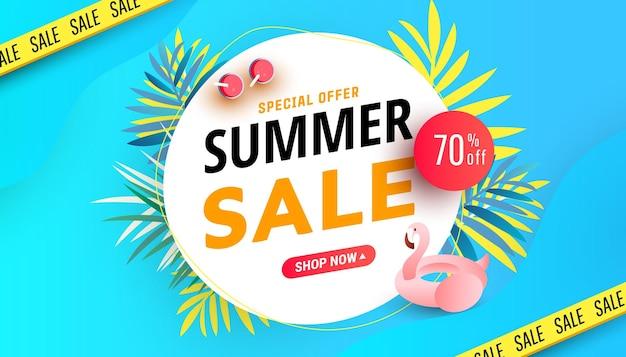 Cartaz de desconto de temporada quente com banner de venda de verão com flamingo e coquetéis refrescantes no mar