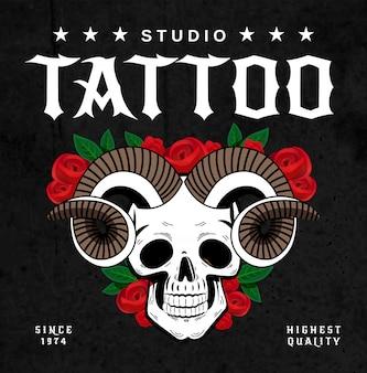 Cartaz de design de salão de tatuagem de chifres com crânio com chifres e rosas esboçar com ilustração de texto