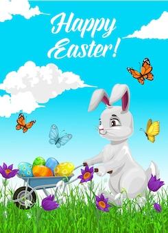 Cartaz de feliz feriado de páscoa com coelho branco empurrando carrinho de mão cheio de ovos decorados
