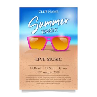 Cartaz de festa de praia de verão com óculos cor de rosa na praia