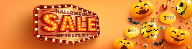 Cartaz de venda de halloween e modelo de banner com abóbora de halloween fofa, balões fantasma e placa de madeira em fundo laranja. site assustador,