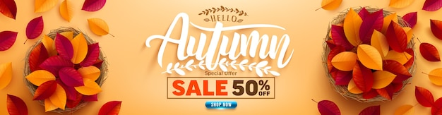 Cartaz de venda de outono e modelo de banner. vista superior da cesta com folhas coloridas de outono em fundo amarelo. saudações e presentes para a temporada de outono. modelo de promoção para outono ou conceito de outono