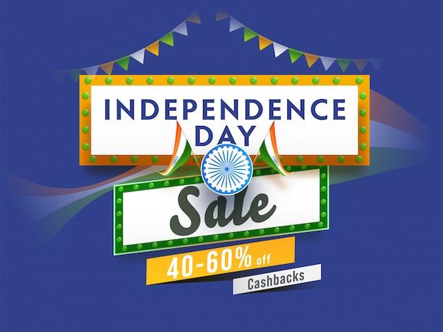 Cartaz de venda do dia da independência e bandeiras indianas sobre fundo azul.