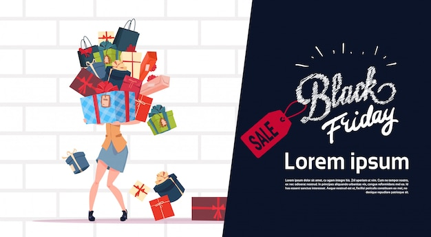 Cartaz de venda sexta-feira negra com mulher segurando a pilha de caixas de presente sobre o fundo da parede de tijolo branco