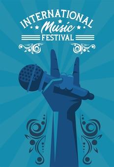 Cartaz do festival de música internacional com microfone de levantamento de mão em fundo azul