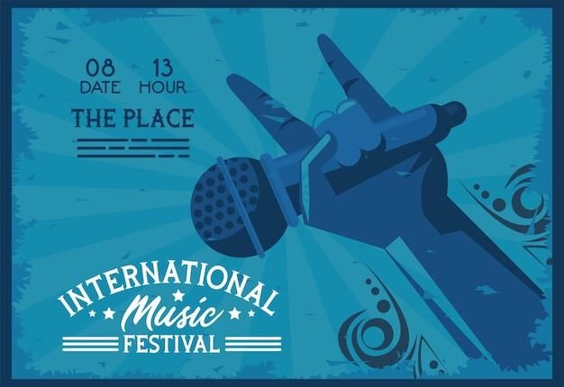Cartaz do festival internacional de música com microfone de levantamento de mão e letras em fundo azul