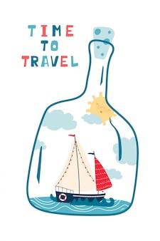 Cartaz infantil do mar com vista do mar, veleiro em uma garrafa e letras manuscritas, tempo de viajar.