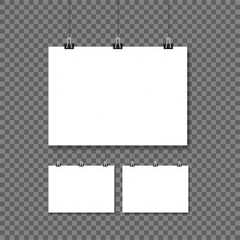 Cartazes brancos pendurados no fundo transparente de fichário