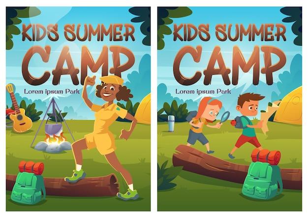 Cartazes de desenhos animados do acampamento de verão infantil crianças caminhando