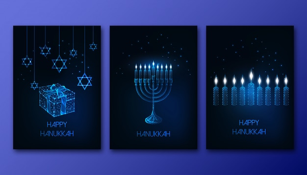 Cartazes de hanukkah baixo futuristas brilhantes poligonais conjunto com menorá, velas, caixa de presente e estrela de david