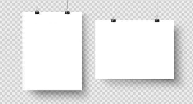 Cartazes em branco brancos pendurados na maquete de ligantes