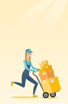 Carteiro de entrega com caixas de papelão no carrinho.