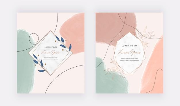 Cartões à mão livre com mão desenhando formas de traçado de pincel em aquarela e molduras de mármore geométricas com folhas.