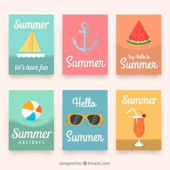 Cartões coloridos com itens planos de verão