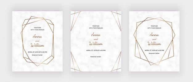 Cartões de convite de casamento em mármore com quadros de linhas geométricas poligonais dourados.