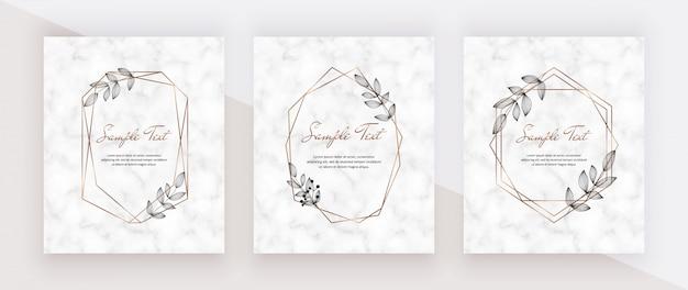 Cartões de convite de mármore de casamento com quadros de linhas poligonais geométricas douradas e folhas pretas.