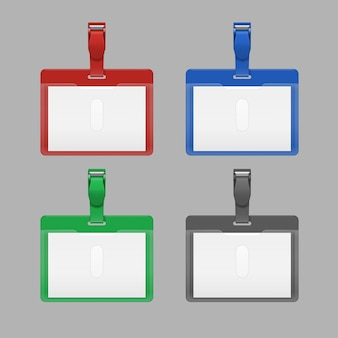Cartões de identificação de funcionários em branco com clipes. conjunto de emblemas vermelhos, azuis, verdes e pretos com fecho.