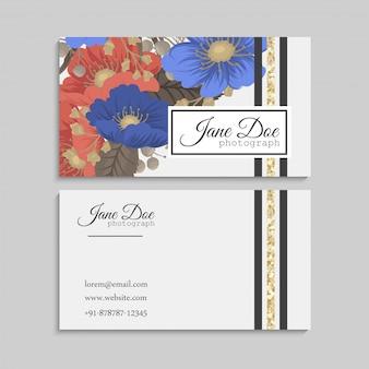 Cartões de visitas da flor azuis e fundo vermelho