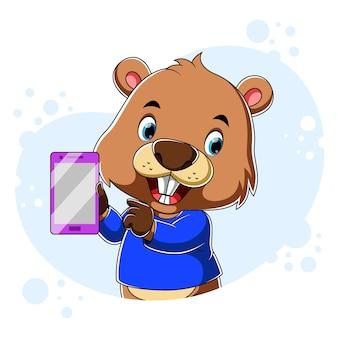 Cartoon castor segurando o smartphone roxo com a mão