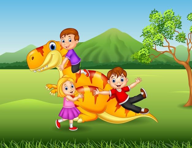 Cartoon criança brincando com um dinossauro na selva