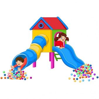 Cartoon crianças se divertindo no parquinho