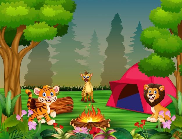 Cartoon feliz alguns animais perto do parque de campismo
