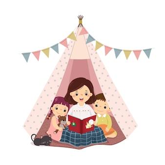 Cartoon ilustração de uma mãe lendo um livro e contando uma história com filho e filha na tenda teepee.