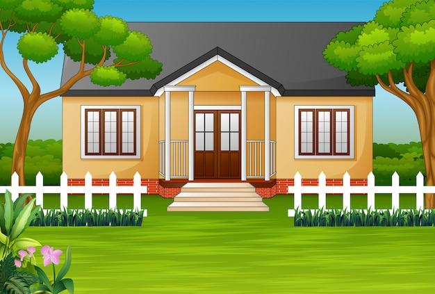 Casa dos desenhos animados com quintal verde e cerca de madeira