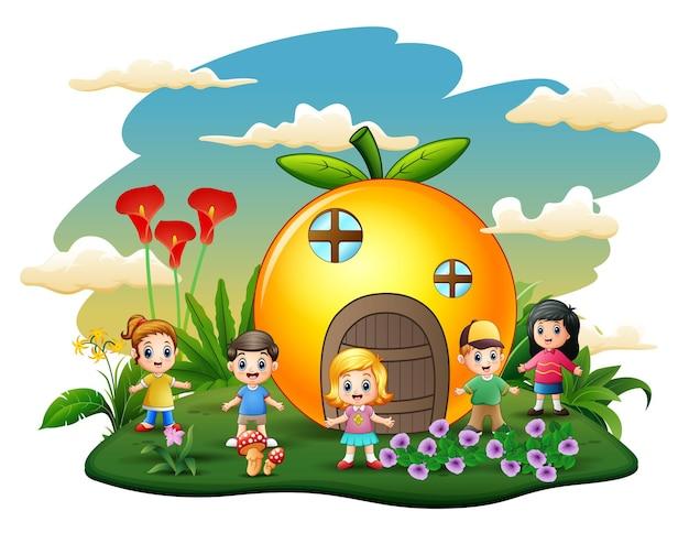 Casa laranja com ilustração de crianças felizes