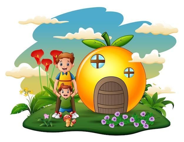 Casa laranja com pai e filho