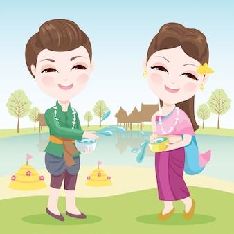 Casais brincando na água durante o festival songkran