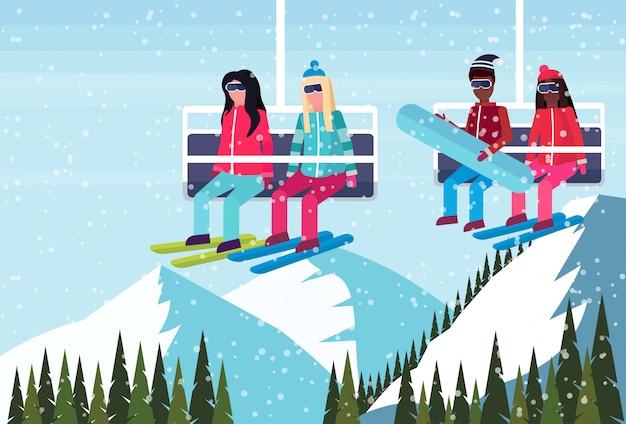 Casais no teleférico no hotel resort de esqui