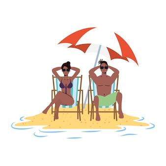 Casal afro relaxante na praia, sentado em cadeiras e guarda-chuva