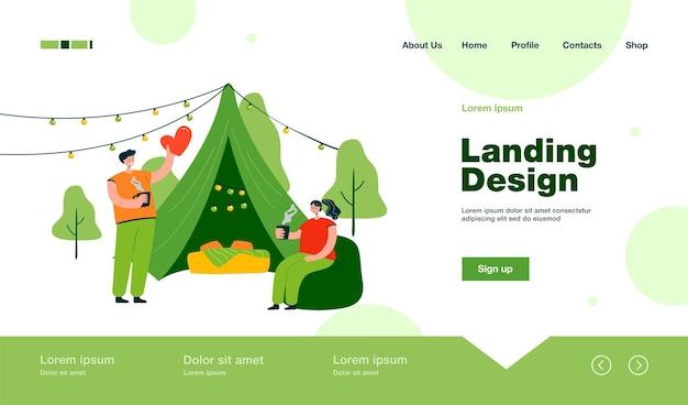 Casal alegre acampando na página de destino da natureza em estilo simples