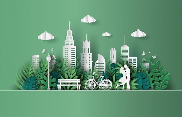Casal apaixonado, abraçando-se em um parque com a cidade de eco verde.