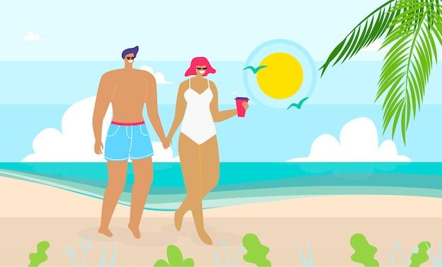 Casal apaixonado andando na praia de areia perto do mar