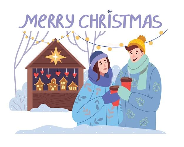 Casal apaixonado, bebendo chocolate ou vinho quente no mercado de natal.
