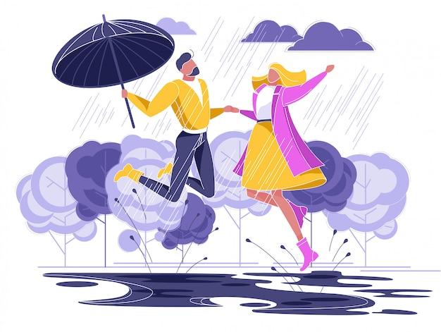 Casal apaixonado correndo sob chuva com guarda-chuva
