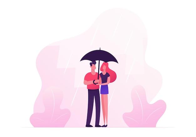 Casal apaixonado e feliz se abraçando, de mãos dadas e andando sob o guarda-chuva em clima chuvoso de outono